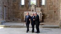Les présidents français et allemand François Hollande (g) et Joachim Gauck (d) encadrés par un rescapé (c), le septembre 2013 à Oradour-sur-Glane (Haute-Vienne) [Jena-Pierre Muller / Pool/AFP]