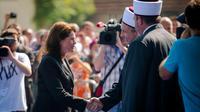 Le mufti Nedzad Grabus (d) accuille le Premier ministre slovène, Alenka Bratusek (g) qui vient poser la première pierre de la première mosquée de Slovénie à Ljubljana, le 14 septembre 2013 [Jure Makovec / AFP]