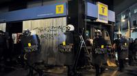 La police anti-émeute passe à côté d'une banque lors d'une manifestation contre le néo-nazis, le 19 septembre 2013 à Athènes [Louisa Gouliamaki / AFP/Archives]