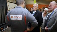 Le Premier ministre Jean-Marc Ayrault visite Envie, une entreprise de réinsertion par l'emploi qui recycle et revend de l'électroménager usagé, à Pessac, le 24 septembre 2013 [Patrick Bernard / Pool/AFP]