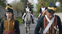 Des personnes déguisées en grognards regagnent leur bivouac à Montceaux-les-Meaux le 28 septembre 2013 avant de rejouer une bataille napoléonienne [Eric Feferberg / AFP]