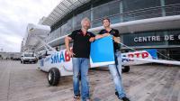 Les skippers suisse Yvan Bourgnon (G) et français Vincent Beauvarlet posent devant leur catamaran de sport avant leur tour du monde, le 5 octobre 2013 aux Sables-d'Olonne [ / AFP Photo]