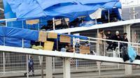 Des migrants syriens installés sur une passerelle piétonne du terminal ferry de Calais le 4 octobre 2013 [Philippe Huguen / AFP]