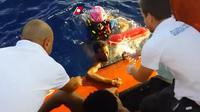 Capture d'écran fournie par les garde-côtes italiens montrant un migrant sauvé de la noyade après le naufrage d'un bateau, le 3 octobre 2013 au large de Lampedusa [ / Garde-côtes/AFP]