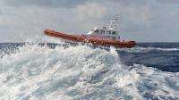 Un bateau des garde-côtes patrouille près du port de Lampedusa après le naufrage d'un bateau de migrants, le 5 octobre 2013 en Italie [Alberto Pizzoli / AFP]