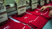 Une salariée de l'atelier de tricotage d'Avance Diffusion travaille sur un pull de moniteur de ski au Creusot, le 11 octobre 2013 [Jeff Pachoud / AFP]