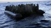 Capture d'image d'une vidéo fournie par la marine italienne le 13 octobre 2013 montrant un bateau de migrants près du port de Lampedusa [- / Marine italienne/AFP]