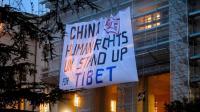 Des militants pro-Tibet déploient une banderole sur le siège de l'ONU à Genève, le 22 octobre 2013 [Fabrice Coffrini / AFP]