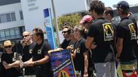 Des surfeurs se tiennent devant l'hôpital où est soigné le jeune homme de 24 ans, blessé la veille, le 27 octobre 2013 à La Réunion [Richard Bouhet / AFP]