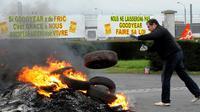 Des pneus sont brûlés le 17 novembre 2013 à l'entrée de l'usine Goodyear d'Amiens- Nord  [François Lo Presti / AFP]