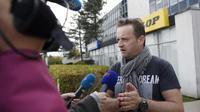 Mickael Wamen, Le responsable CGT de l'usine Goodyear d' Amiens-Nord, le 7 novembre 2013 face aux journaliste devant le siège de Goodyear à Rueil-Malmaison [Thomas Samson / AFP/Archives]