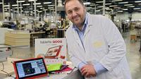 Le président-fondateur de la société conceptrice Unowhy, Jean-Yves Hepp, présente la tablette culinaire française Qooq, le 27 novembre 2012 à Montceau-les-Mines [Philippe Desmazes / AFP/Archives]