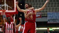 Vaggelis Mantzaris (dos) et Matthew Lojeski de l'Olympiakos en Euroleague de basketball, à Athènes le 15 novembre 2013 [ / AFP/Archives]