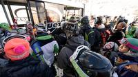 Des skieurs prennent le téléphérique dans la station de l'Alpe d'Huez (Isère), le 16 novembre 2013 [Jean-Pierre Clatot / AFP]