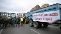 Manifestation d'agriculteurs le 21 novembre 2013 sur la RN12 [Martin Bureau / AFP]