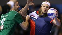 Le joueur du PSG handball Mikkel Hansen (d) tente de percer la défense de Wacker Thun, le 23 novembre 2013 en Ligue des champions à Paris [Kenzo Tribouillard / AFP/Archives]