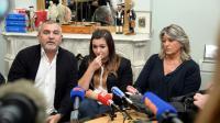 Marie-Océane Bourguignon (c), qui a déposé plainte contre les graves effets secondaires qu'elle impute au vaccin Gardasil, entourée de ses parents, le 22 novembre 2013 à Bordeaux [Jean-Pierre Muller / AFP]