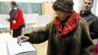 Une femme participe au référendum sur le mariage homosexuel dans un bureau de vote de Zagreb, le 1er décembre 2013 [ / AFP]