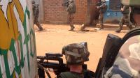 Soldats français à la recherche de rebelles ex-Sekela armés le 9 décembre 2013 dans une rue de Bangui [Fred Dufour / AFP]