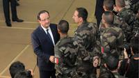 François Hollande rend visite aux soldats français à Bangui, le 10 décembre 2013 [Sia Kambou / AFP/Archives]