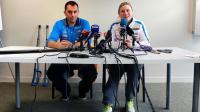 La skieuse française Tessa Worley en conférence de presse aux côtés du médecin des équipes de France Stéphane Bulle (g) après l'accident de la Française à Courchevel, le 18 décembre 2013  [ / AFP/Archives]