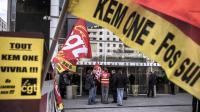 Des salariés de Kem One manifestent devant le tribunal de commerce de Lyon, le 18 décembre 2013 [Jeff Pachoud / AFP/Archives]