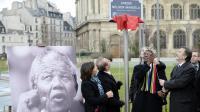 La candidate à mairie de Paris Anne Hidalgo (g), le maire de la capitale Bertrand Delanoë et le ministre sud-africain des Arts et de la culture Paul Mashatile (2d) inaugurent le jardin Nelson Mandela dans le 1er arrondissement   [Martin Bureau / AFP]