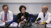 Pr Alain Carpentier (d), Pr Christian Latremouille (g) et la ministre de la Santé Marisol Touraine lors d'une conférence de presse à Paris le 21 décembre 2013 [Kenzo Tribouillard / AFP]
