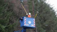 Un agent ERDF répare un câble sur un pylône électrique, le 24 décembre 2013 à Plouagat, dans le Finistère  [Charly Triballeau / AFP]