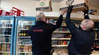 Des douaniers français à la recherche de feux d'artifice et de pétards dans une épicerie dans la banlieue de Strasbourg, le 20 décembre 2013 [Frederick Florin / AFP]