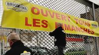 Des emplyés de Bricorama installent une banderole, à Lille le 3 janvier 2014 [Philippe Huguen / AFP/Archives]