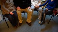 Les parents de deux des trois nouveaux-nés décédés en décembre 2013 à l'hôpital de Chambéry, le 4 janvier 2014 [Philippe Desmazes / AFP/Archives]