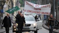 """Manifestation de taxis à Marseille le 13 janvier 2014 contre """"la concurrence déloyale"""" des voitures avec chauffeurs."""