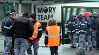Des employés de Mory-Ducros le 15 janvier 2014 à l'entrée du site de Lesquin [Philippe Huguen / AFP/Archives]