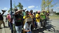 Mineurs sud-africains en grève réclamant un salaire de base de 12.500 rands (840 euros) par mois, soit deux fois et demi le niveau actuel, le 23 janvier 2014 à Marikana [Alexander Joe / AFP]