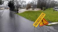 Route inondée le 25 janvier 2014 à Idron dans le sud-ouest de la France [Luke Laissac / AFP]