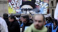 Des sympathisants du mouvement Emmaüs rassemblés dans le centre de Paris pour célébrer le 60e anniversaire de l'appel de son fondateur, l'abbé Pierre, le 1er février 2014 [Eric Feferberg / AFP]