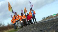 Des travailleurs indépendants entament une marche à Niort, le 2 février 2014, pour aller jusqu'à Paris et dénoncer leur régime social [Guillaume Souvant / AFP]