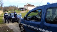 Des gendarmes dans une ferme de  Saint-Loubouer (Landes) appartenant à la grand-mère de la jeune femme accusée d'infanticides, le 4 février 2014 [Mehdi Fedouach / AFP]