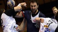 Le Parisien Igor Vori (c) tente de passer à travers la défense de Skopje, le 8 février 2014 en Ligue des champions à Paris [Pierre Andrieu / AFP/Archives]