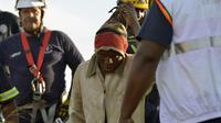 Un mineur est secouru de la mine d'or illégale de Benoni, banlieue de Johannesburg, le 16 février 2014 [Alexander Joe / AFP]