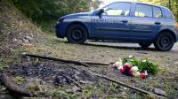 Une voiture de gendarmerie et un bouquet de fleurs près de la scène du crime à Chevaline le 8 septembre 2012 [Philippe Desmazes / AFP/Archives]