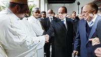 François Hollande (C) en visite pour la première fois depuis son élection à la grande mosquée de Paris, mardi 18 février 2014, accueilli par le recteur Dalil Boubakeur (D). [Ian Langsdon / POOL/AFP]