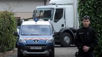 Des gendarmes devant le domicile de l'homme arrêté à Talloires, le 18 février 2014 [Jean-Pierre Clatot / AFP]