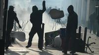 Des manifestants jettent des pierres lors d'affrontements avec la police à Nantes le 22 février 2014 [Jean-Sébastien Evrard / AFP]