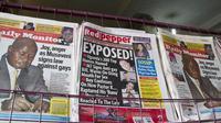 Photo des quotidiens ougandais du 25 février 2014, avec le journal qui publie une liste de 200 personnalités homosexuelles [Isaac Kasamani / AFP]