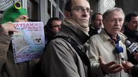 Le député écologiste au parlement européen José Bové (d) et Ben Lefetey (c), membre d'une organisation pour la préservation de la zone humide du Testet, le 28 février 2014 à Albi [Eric Cabanis / AFP]