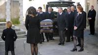 La veuve et le fils d'Antoine XIV, duc de Gramont, devant son cercueil, lors de ses funérailles, à l'église du village de Bidache, le 7 mars 2014 [Gaizka Iroz / AFP]