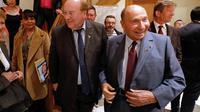 Le sénateur UMP Serge Dassault et le maire sortant de Corbeil-Essonnes (Essonne), Jean-Pierre Bechter, à Corbeil-Essonnes le 13 mars 2014 [François Guillot / AFP]