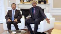 Le secrétaire général de la Francophonie Abdou Diouf (d) et le président de Madagascar Hery Rajaonarimampianina au siège de l'OIF à Paris le 20 mars 2014 [Jacques Demarthon / AFP/Archives]